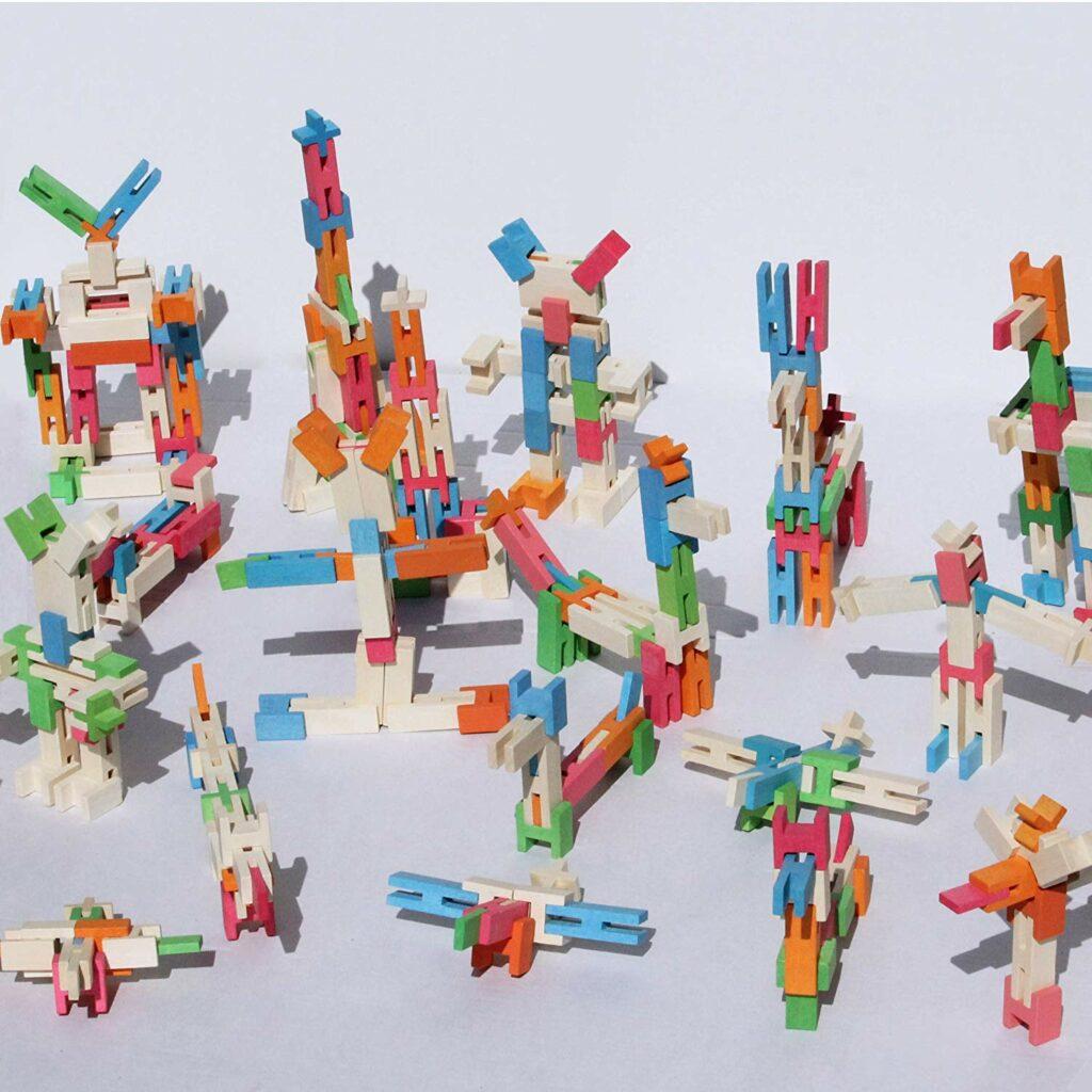 houten vliegtuigen en auto gemaakt met stapelblokken