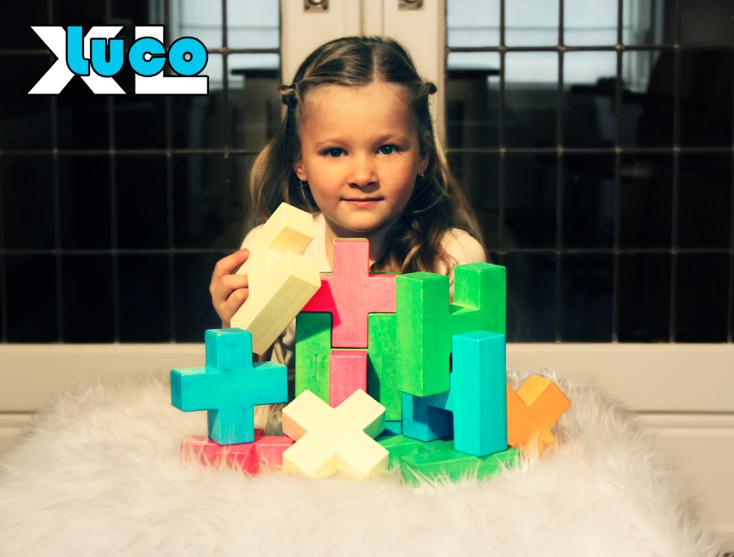 Houten kubus blokken van luco passen in elkaar en lekker stapelen